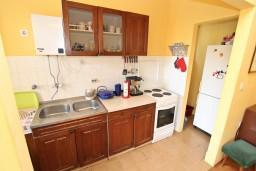 Кухня. Черногория, Герцег-Нови : Этаж дома с 2-мя отдельными спальнями, с террасой, 50 метров до моря