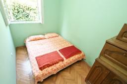 Спальня. Черногория, Герцег-Нови : Этаж дома с 2-мя отдельными спальнями, с террасой, 50 метров до моря