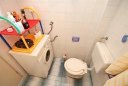 Ванная комната. Черногория, Герцег-Нови : Этаж дома с 2-мя отдельными спальнями, с террасой, 50 метров до моря