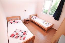 Спальня 2. Черногория, Селяново : Апартамент для 4-6 человек, с 2-мя отдельными спальнями, с террасой, 70 метров до моря