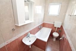 Ванная комната. Черногория, Селяново : Апартамент для 4-6 человек, с 2-мя отдельными спальнями, с террасой, 70 метров до моря