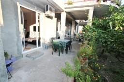 Терраса. Черногория, Селяново : Апартамент для 4-6 человек, с 2-мя отдельными спальнями, с террасой, 70 метров до моря