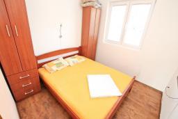 Спальня. Черногория, Селяново : Апартамент для 2-4 человек, с отдельной спальней, 70 метров до моря