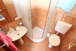 Ванная комната. Черногория, Селяново : Апартамент для 2-4 человек, с отдельной спальней, 70 метров до моря