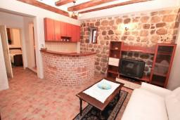 Гостиная. Черногория, Муо : Апартамент в Муо с отдельной спальней, возле моря
