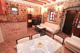 Обеденная зона. Черногория, Муо : Апартамент в Муо с отдельной спальней, возле моря