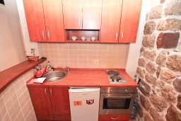 Кухня. Черногория, Муо : Апартамент в Муо с отдельной спальней, возле моря