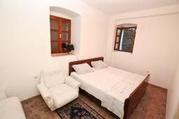 Спальня. Черногория, Муо : Апартамент в Муо с отдельной спальней, возле моря