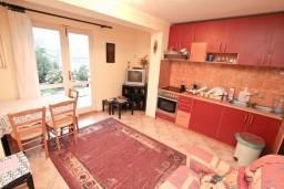 Гостиная. Черногория, Муо : Апартамент с отдельной спальней, с террасой с видом на море, 100 метров до пляжа