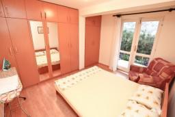 Спальня. Черногория, Муо : Апартамент с отдельной спальней, с террасой с видом на море, 100 метров до пляжа