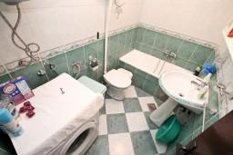 Ванная комната. Черногория, Муо : Апартамент с отдельной спальней, с террасой с видом на море, 100 метров до пляжа