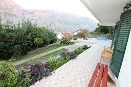 Вид. Черногория, Муо : Апартамент с отдельной спальней, с террасой с видом на море, 100 метров до пляжа