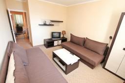 Гостиная. Черногория, Герцег-Нови : Апартамент с отдельной спальней, с балконом с видом на море, 100 метров до пляжа