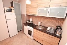 Кухня. Черногория, Герцег-Нови : Апартамент с отдельной спальней, с балконом с видом на море, 100 метров до пляжа