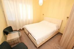 Спальня. Черногория, Герцег-Нови : Апартамент с отдельной спальней, с балконом с видом на море, 100 метров до пляжа
