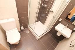 Ванная комната. Черногория, Герцег-Нови : Апартамент с отдельной спальней, с балконом с видом на море, 100 метров до пляжа