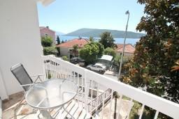 Балкон. Черногория, Герцег-Нови : Апартамент с отдельной спальней, с балконом с видом на море, 100 метров до пляжа