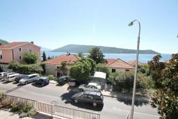 Вид на море. Черногория, Герцег-Нови : Апартамент с отдельной спальней, с балконом с видом на море, 100 метров до пляжа