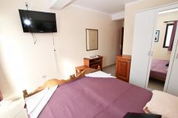 Спальня. Черногория, Рафаиловичи : Двухместный номер с видом на море