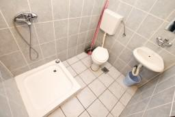 Ванная комната. Черногория, Прчань : Апартамент для 10 человек, с 4-мя отдельными спальнями и 4-мя ванными комнатами, с террасой с шикарным видом на море