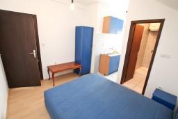 Спальня 4. Черногория, Прчань : Апартамент для 10 человек, с 4-мя отдельными спальнями и 4-мя ванными комнатами, с террасой с шикарным видом на море