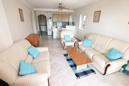Гостиная. Черногория, Кавач : 3-х этажный дом в Которе (Кавац) с 2-мя большими гостиными, с 5-ю  спальнями, с 6-ю ванными комнатами, с бассейном, с большим зеленым двориком,  гараж на 2 машины, Wi-Fi