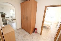 Коридор. Черногория, Кавач : 3-х этажный дом в Которе (Кавац) с 2-мя большими гостиными, с 5-ю  спальнями, с 6-ю ванными комнатами, с бассейном, с большим зеленым двориком,  гараж на 2 машины, Wi-Fi