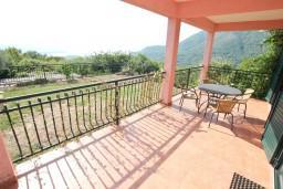 Терраса. Черногория, Кавач : 3-х этажный дом в Которе (Кавац) с 2-мя большими гостиными, с 5-ю  спальнями, с 6-ю ванными комнатами, с бассейном, с большим зеленым двориком,  гараж на 2 машины, Wi-Fi