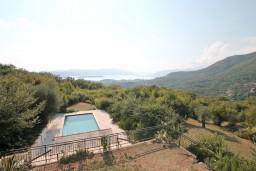Вид на море. Черногория, Кавач : 3-х этажный дом в Которе (Кавац) с 2-мя большими гостиными, с 5-ю  спальнями, с 6-ю ванными комнатами, с бассейном, с большим зеленым двориком,  гараж на 2 машины, Wi-Fi