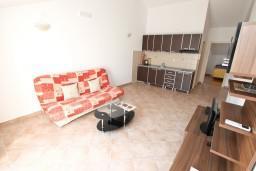 Гостиная. Черногория, Дженовичи : Апартамент для 4-5 человек, с 2-мя отдельными спальнями, с балконом с видом на море