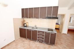 Кухня. Черногория, Дженовичи : Апартамент для 4-5 человек, с 2-мя отдельными спальнями, с балконом с видом на море