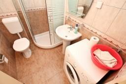 Ванная комната. Черногория, Дженовичи : Апартамент для 4-5 человек, с 2-мя отдельными спальнями, с балконом с видом на море