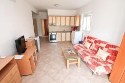 Гостиная. Черногория, Дженовичи : Апартамент для 4-5 человек, с 2-мя отдельными спальнями, с 2-мя балконами