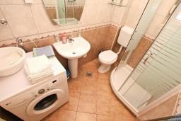 Ванная комната. Черногория, Дженовичи : Апартамент для 4-5 человек, с 2-мя отдельными спальнями, с 2-мя балконами