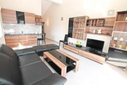 Гостиная. Черногория, Дженовичи : Апартамент с отдельной спальней, с 2-мя балконами с видом на море