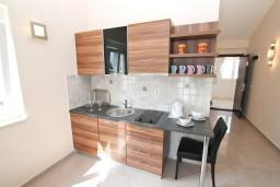 Кухня. Черногория, Дженовичи : Апартамент с отдельной спальней, с 2-мя балконами с видом на море