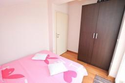 Спальня. Черногория, Дженовичи : Апартамент с отдельной спальней, с 2-мя балконами с видом на море