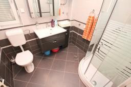 Ванная комната. Черногория, Дженовичи : Апартамент с отдельной спальней, с 2-мя балконами с видом на море