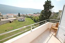 Вид на море. Черногория, Дженовичи : Апартамент с отдельной спальней, с 2-мя балконами с видом на море