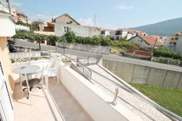 Балкон 2. Черногория, Дженовичи : Апартамент для 4-5 человек, с 2-мя отдельными спальнями, с балконом с видом на море
