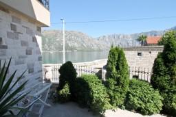 Вид на море. Черногория, Столив : Апартамент для 3-5 человек, с отдельной спальней, с террасой с видом на море, 10 метров до пляжа