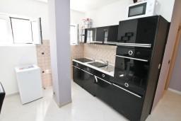 Кухня. Черногория, Столив : Люкс апартамент с отдельной спальней, с балконом с видом на море, 10 метров до пляжа