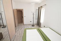 Спальня. Черногория, Столив : Люкс апартамент с отдельной спальней, с балконом с видом на море, 10 метров до пляжа