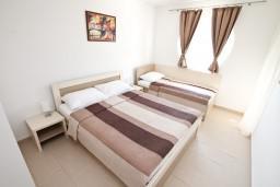 Спальня. Черногория, Дженовичи : Современный апартамент с отдельной спальней, с балконом с видом на море, 20 метров до пляжа