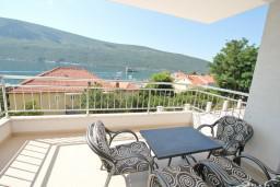 Вид на море. Черногория, Дженовичи : Современный апартамент с отдельной спальней, с балконом с видом на море, 20 метров до пляжа