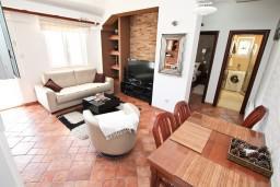 Гостиная. Черногория, Доброта : Современный апартамент для 3-5 человек, с 2-мя отдельными спальнями, с балконом с шикарным видом на море, 10 метров до пляжа