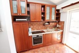Кухня. Черногория, Доброта : Современный апартамент для 3-5 человек, с 2-мя отдельными спальнями, с балконом с шикарным видом на море, 10 метров до пляжа
