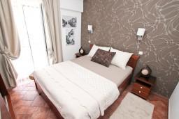 Спальня 2. Черногория, Доброта : Современный апартамент для 3-5 человек, с 2-мя отдельными спальнями, с балконом с шикарным видом на море, 10 метров до пляжа