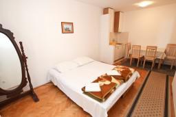 Гостиная. Черногория, Рафаиловичи : Апартамент с отдельной спальней, с террасой, возле моря