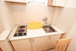 Кухня. Черногория, Рафаиловичи : Апартамент с отдельной спальней, с террасой, возле моря